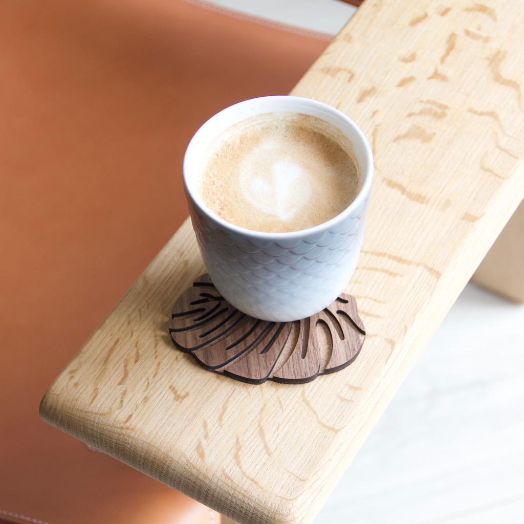 Coasters i valnød udformet som et monstera blad